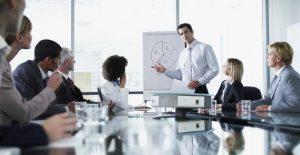 meeting άντρας μιλάει ξεχωρίσεις στη δουλειά