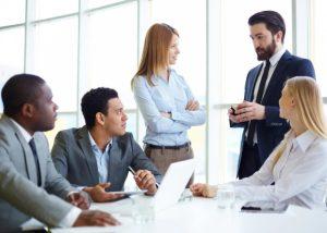 συνάδελφοι συζητάν ξεχωρίσεις στη δουλειά