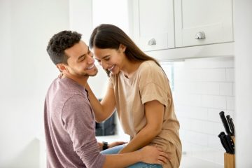 ζευγάρι γελάει κουζίνα άβολο στάδιο της σχέσης