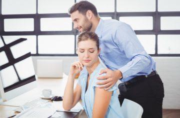 άντρας αγκαλιάζει γυναίκα δουλειά