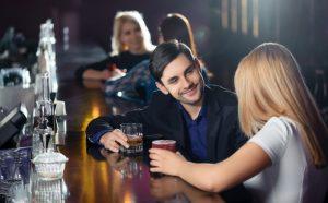 άντρας γυναίκα μιλάνε μπαρ