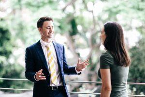 άντρας κοστούμι μιλάει με γυναίκα πιάσεις κουβέντα