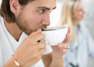 ανδρας πινει καφε